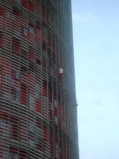 Sports Photos - Free Solo Climbing - Alain Robert free-soloing Torre Agbar in Barcelona, September 2007