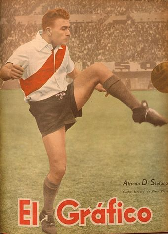 Soccer Photos - Alfredo Di Stefano - Di Stéfano playing with River Plate in 1947.